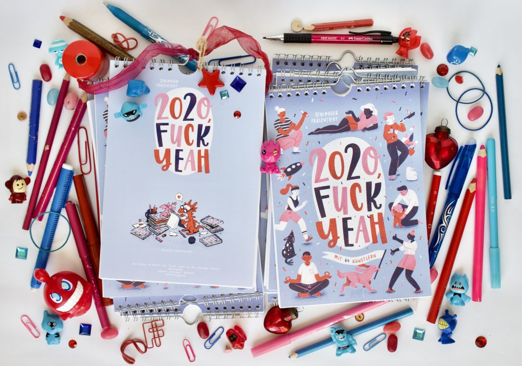 Fuck Yeah Kalender Cover in einer Fotocollage mit vielen blau-roten Büroutensilien wie Büroklammern und Stiften, etc.